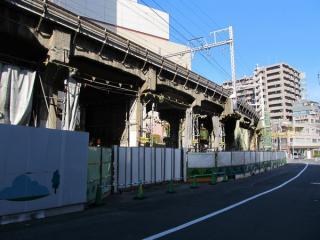 山手線交差部分の先の高架橋。高架下の作業はほぼ終了している。
