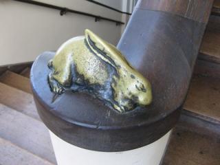 階段の手すりにあるウサギとカメの装飾