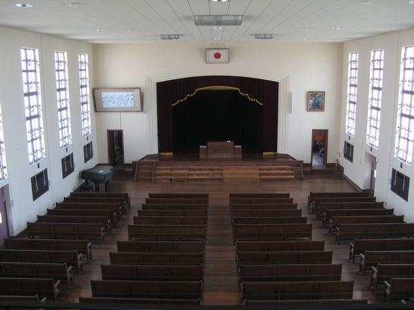 講堂を2階から見下ろす。