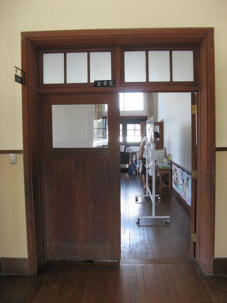 「けいおん!」の作中で軽音部の部室として描かれていた豊郷小学校3階の会議室