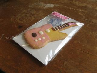 売店で販売されているギター形のクッキー。