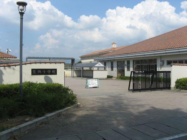 2004年に完成した現在の豊郷小学校の校舎。旧校舎の保存が実現するまでには町を2分する苦難の闘いがあった。