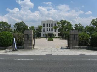 豊郷小学校の前を通る県道542号線(中山道)から校門を見る。
