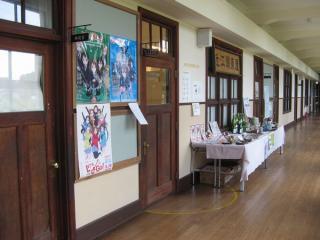 校舎1階は商工会の事務室など行政施設が入居。壁には「けいおん!」関連のポスターがある。