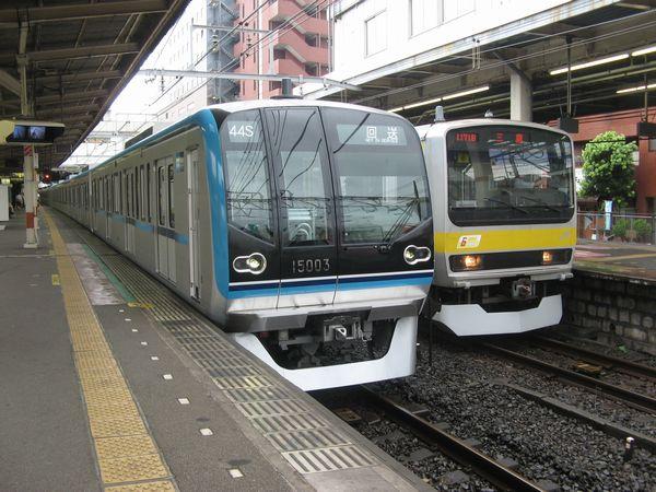 試運転でJR総武線津田沼駅に乗り入れた東京メトロ15000系。普段は入らない4番線に停車中。2010年9月8日撮影