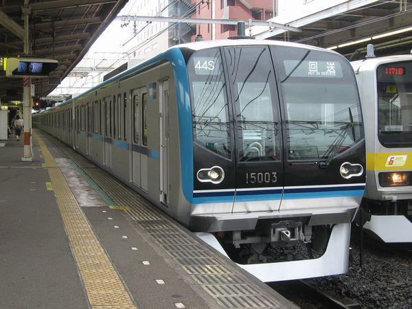 2011年までに導入されたワイドドア車両15000系。