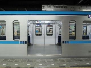 幅が1300mmから1800mmに拡大された乗降扉。
