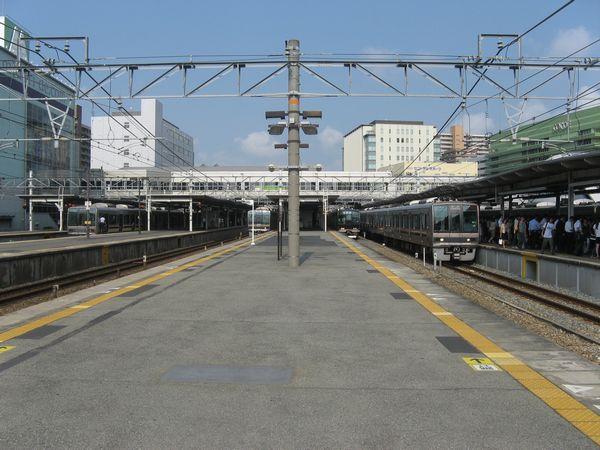 尼崎駅ホーム。左端から1~8番まで線路がある。