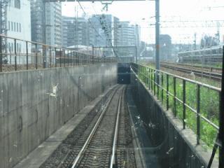 東海道線内側縁・外側線の間にあるJR東西線のトンネル入口(上り列車の前面展望)