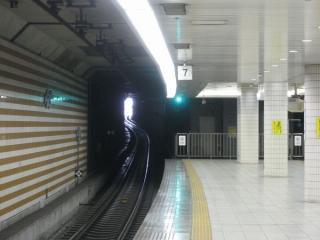 加島駅からトンネル出口を見る。ホームからも外光が射し込むのが確認できる。