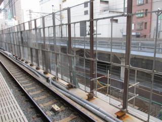 地上ホーム跡地では貨物線上りの高架橋建設が始まっていた。