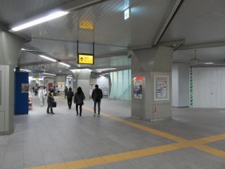 内装が完成した高架下の改札内通路