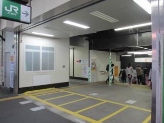 東口駅舎の改札口跡。自動改札機を撤去し開口部を目張りしただけでそのままの状態となっている。