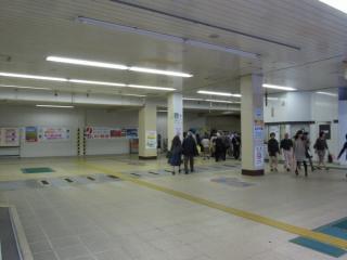 西口駅舎の改札口跡。自動改札機が撤去され、通路がかなり広くなった。