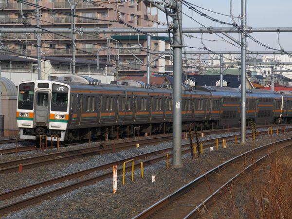 普段は走行しない貨物線経由で上野へ向かう211系。北浦和駅のホーム端より