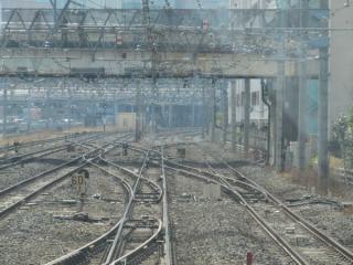 宇都宮・高崎線の列車が転線した川口駅構内の渡り線。(写真は湘南新宿ラインの列車のため直進側に開通している。)