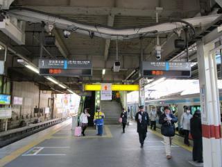 ATOSも逆線走行に対応していないため、駅の発車案内は「準備中」を表示。