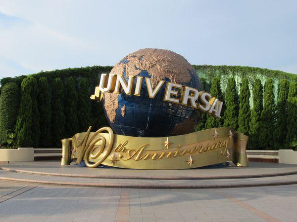 ユニバーサル・スタジオ・ジャパンゲート前にある10周年記念仕様の地球儀オブジェ