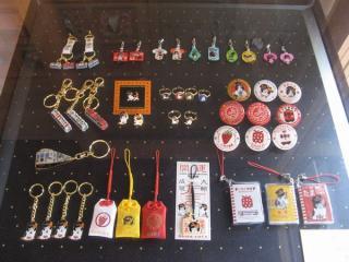 「たまカフェ」内に展示されている貴志川線のキーホルダー・缶バッジなど