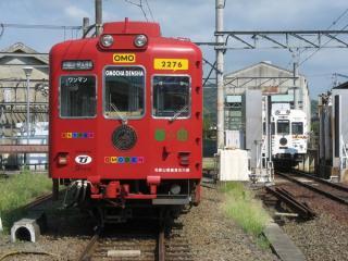 :伊太祈曽駅構内に停車中のおもちゃ電車(左、2276-2706)とたま電車(右、2275-2705)