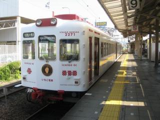 和歌山駅に停車中のいちご電車(2271-2701)