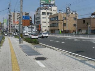 換気塔前の道路上には共同溝に通じると思われる蓋が多数設置されていた。