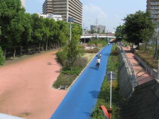 大野川の跡は公園・サイクリングロードになっている。