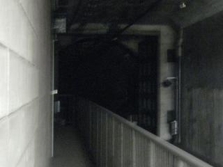 御幣島駅ホーム端から淀川シールドを見る。こちらは防水扉本体が見える。