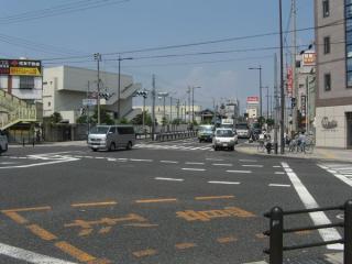 国道2号線中海老江交差点。JR東西線は直進する国道2号線の地下を進む。