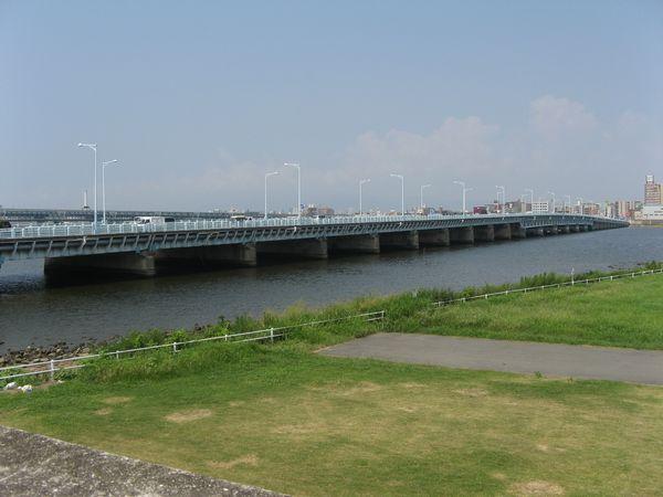 淀川左岸から見た淀川大橋
