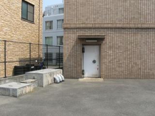 換気塔にあるハンドル付きの扉