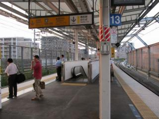 一番東京寄りのエスカレータは2人乗りが1機のみで常時下り運転。