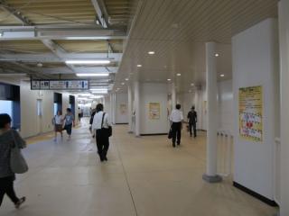 エスカレータ下の通路。直進すると2010年から使用されている横須賀線ホーム下のコンコースへ通じる。