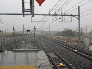ホーム端から吉川駅方向を見る。奥に見える陸橋が中曽根跨線橋。