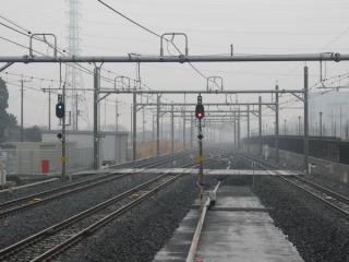 ホーム端から新三郷駅方向を見る。こちらは出発信号機までかなりの距離がある。