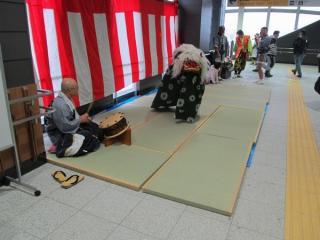 午前中、駅構内では地元商工会による獅子舞演舞や子ども向けの駅長制服撮影会などが開催された。