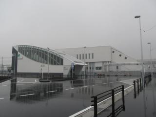 東口ロータリーから見た駅舎。西口と同一のデザインである。