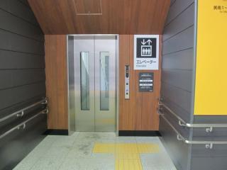 西口・東口ともに階段前にはエレベータが併設されている。