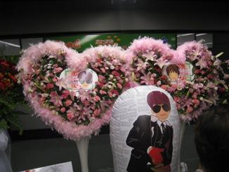 会場入口はファンからのお花がいっぱい!