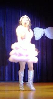 ピンクのドレスで登場