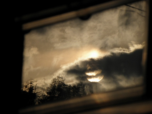 窓に写った夕日