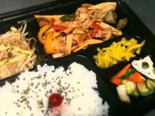 2011年12月2日 豚肉と野菜の生姜炒め、もやしサラダ、レンコンと人参のレモン和え1