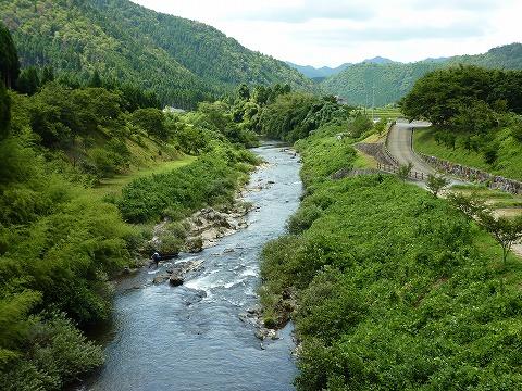 美山ふれあい広場そばの由良川
