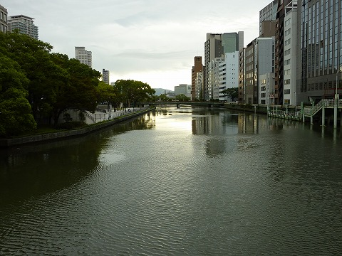 淀屋橋から見た東側の土佐堀川