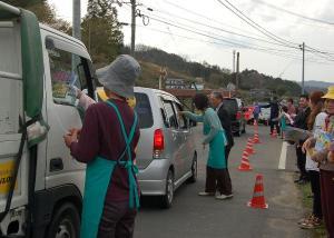 春の交通安全運動折鶴配付作州津山商工会久米地区女性部