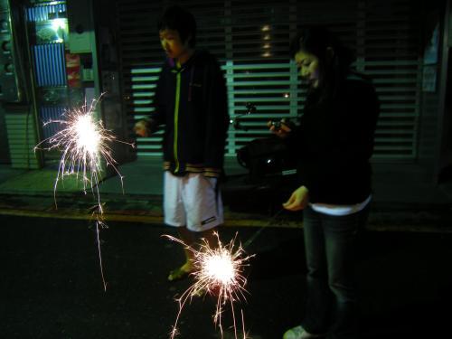 台湾では爆竹やら花火やらで新年を祝います