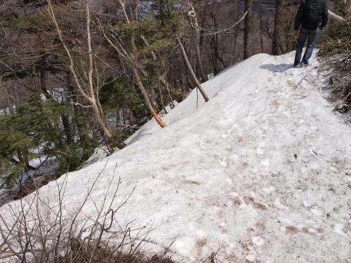 雪に埋もれる登山道