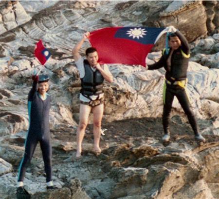 1996年10月、魚釣島上陸、青天白日旗を振る台湾人