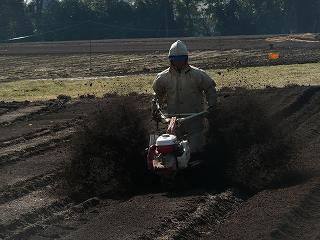 土をはね上げる