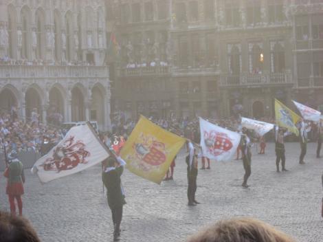 旗を持った人たちが